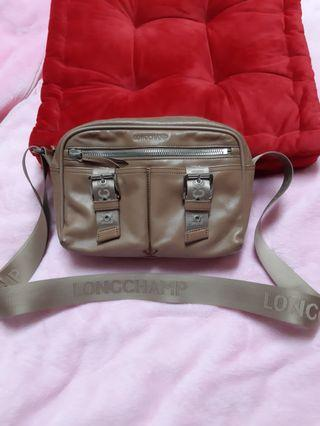 longchamp 小羊皮 斜背包 側背包 法國奢華皮具品牌 國際精品 大小:25*18*6/cm 背面右下有使用過的痕跡。 不介意再購買。