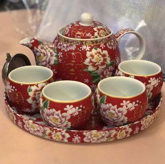"Chinese Wedding Tea Set (includes a wedding couple dolls gift) 敬茶套裝 (送結婚公仔 & 馬仔書""我們的低能婚禮"")"