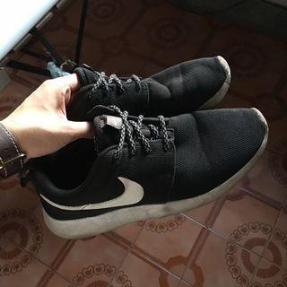 🚚 Nike roshe run black 24.5 👟