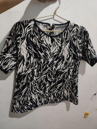 Blouse motif abstrak hitam putih bahan tebal kondisi msh bagus bgt 90% baru