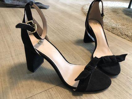 Black chunky heel open toe.