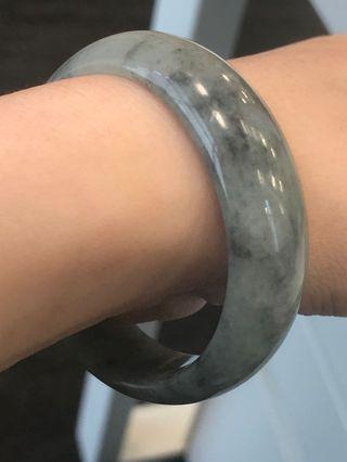 烏鷄A 玉手鐲 貴妃 52 (light grey jade bangle)