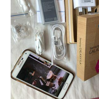 Samsung S5 Galaxy. Perfect extra battery, tempered protector