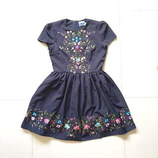 Floral emboridered pleated dress in navy blue