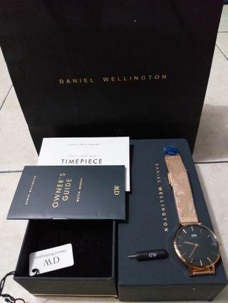 Daniel Wellington classic petite 32mm masih baru