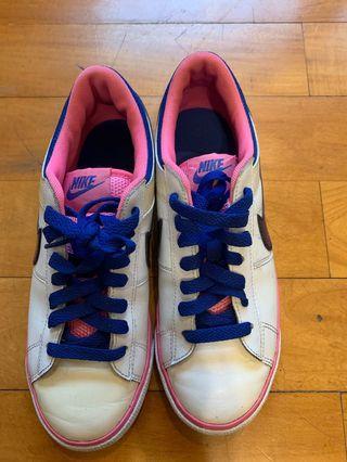 Nike 女生運動鞋
