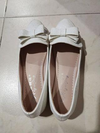 🚚 Ladies shoe size 36, wear once only.