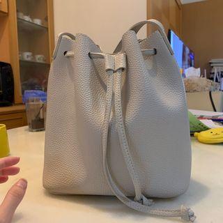 🚚 灰色皮質水桶包