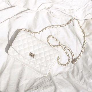 白色菱格包