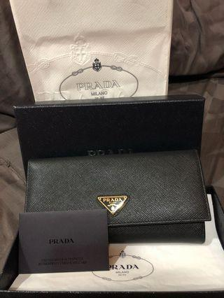 Prada wallet 100% authentic with full set n receipt, 99 % look new only use  a time few hour only
