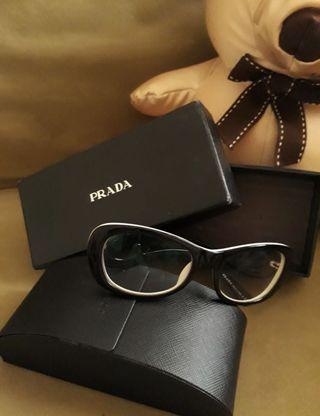 Kacamata Prada