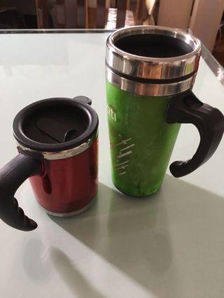 不鏽鋼保溫杯二個,一大一小方便合用,Two stainless steel vacuum flasks, one large and one small and convenient to use
