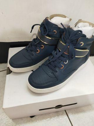 深藍色金屬球鞋