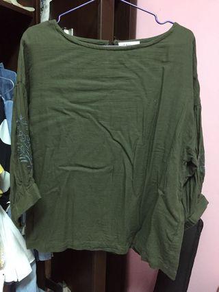 🚚 墨綠色袖口刺繡上衣
