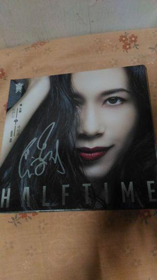 莫文蔚親筆簽名的《我們在中場相遇》珍藏版CD乙張