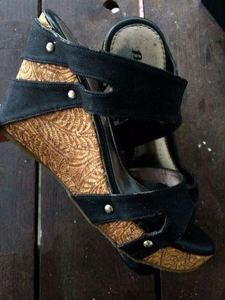 bata wedges