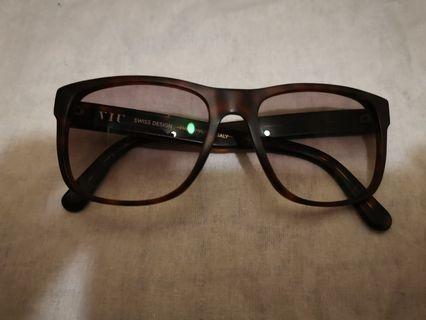 Viu wearing glasses  眼鏡