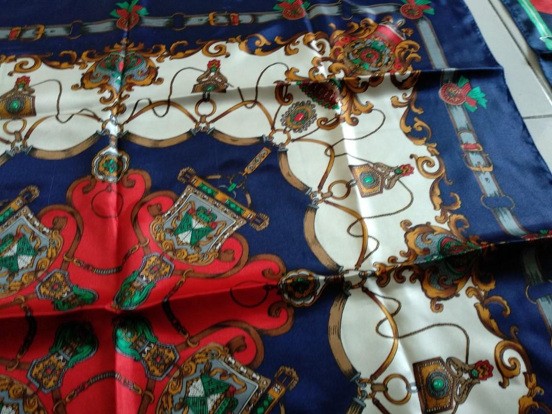 Jilbab segi empat import bisa kembaran nih warna sama beda motif 😁😁