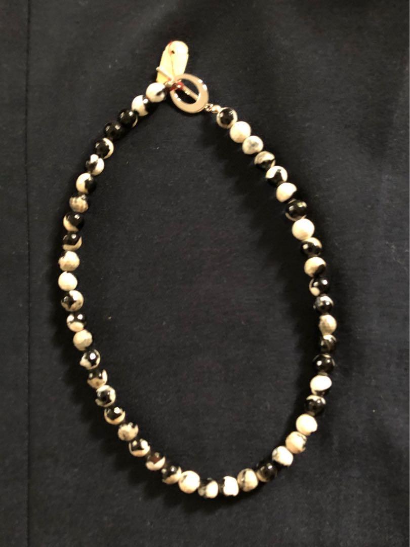 Kalung batu putih hitam