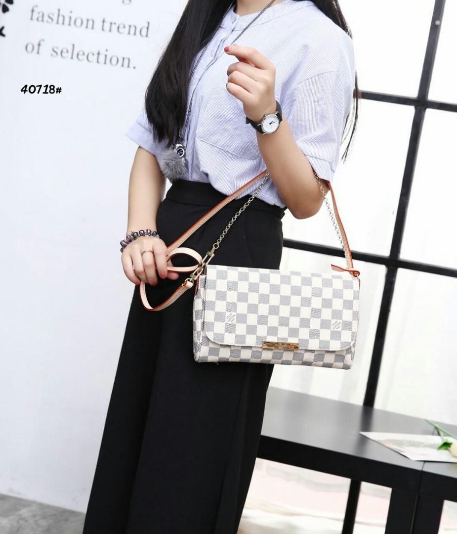 LV Louis Vuitton Favorite Bag 40718#  H 550rb  Bahan pvc waterproff Di kombi dengan kulit Dalaman kain tebal Kwalitas High Premium AAA Tas uk 24x4x15cm Berat 0,6kg  Warna : -Azure -Damier