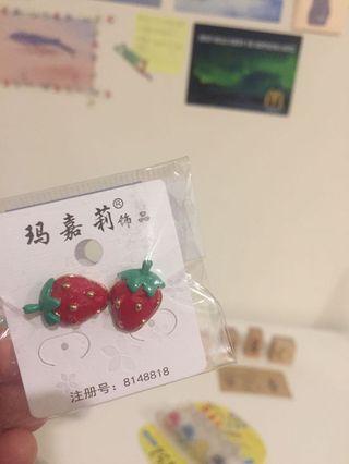 🚚 賣場滿300免費送,全新/草莓耳環(耳針)