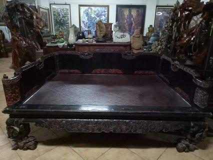 清朝漆器描金彩繪羅漢雙人床,床板藤編