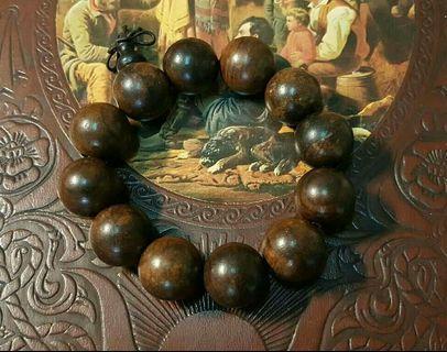 《早期印尼沉手珠串》這是早期收藏的印尼沉手珠串,已經十多年了!手珠紋路漂亮沉手,淡淡果香,很有質感....