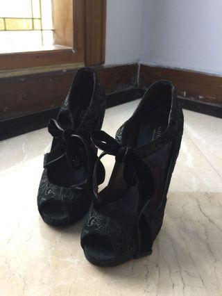 Authentic Gucci Shoes (37.5)