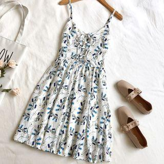 🚚 White-based dress with blue floral imprints