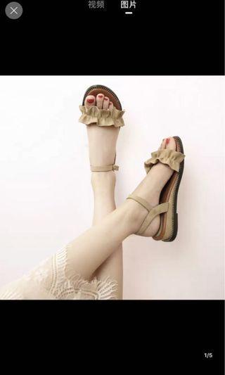 🚚 Beige Sandals