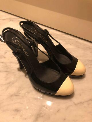 🚚 Chanel black and white heels
