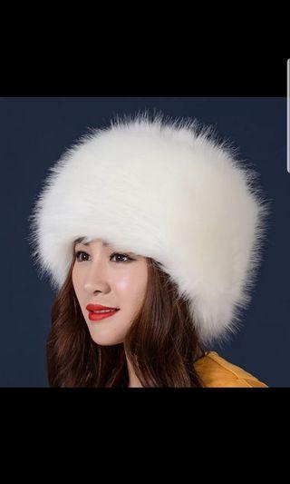 🚚 White fluffy winter hat