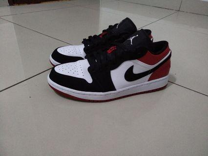 Nike Air Jordan 1 Low Bred Toe Size US 9.5