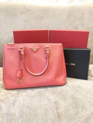 ·保證正品·PRADA莓粉34cm Saffiano Lux防刮牛皮拉鍊手提/斜背包•Prada saffiano lux galleria shopping bag