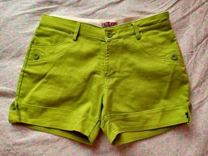 Celana pendek hijau muda size 7