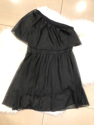 🚚 斜肩黑色小洋裝