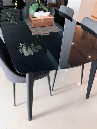 🚚 Black Dining Table