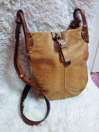 C'omodo + plus t leather sling bag
