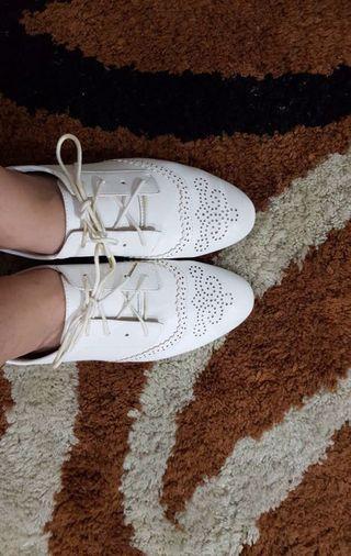Sepatu putih ZARA