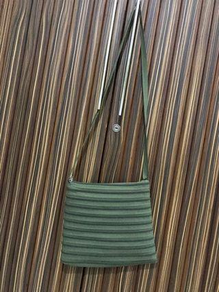 Green resleting sling bag