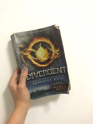 🚚 Divergent by Veronica Roth