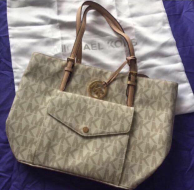 AUTHENTIC NEW Michael Kors Jet Set Item Large Pocket Multi Function Signature Vanilla Tote Bag <<Vanilla>>