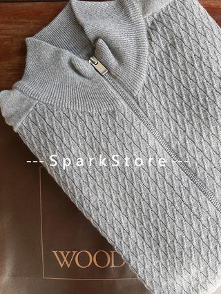 Wood Sweater Katun Abu-Abu Muda Dengan Zipper