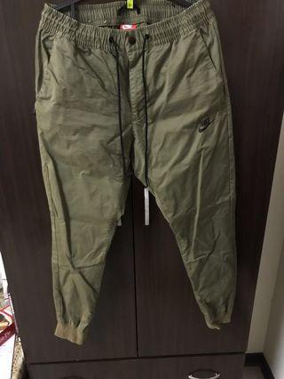 🚚 Nike 縮口褲(軍綠)