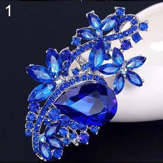 🚚 Crystal Flower Brooch