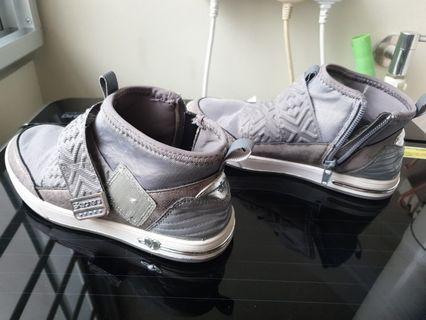 🚚 High cut shoe