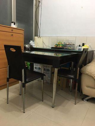 實木餐桌和皮椅