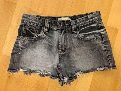 ROXY 黑色牛仔短褲 (size XS 偏大)