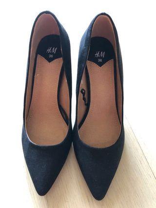 """《全新》H&M 黑色絨面高跟鞋, 百搭易襯 (2.5""""高/size36)"""