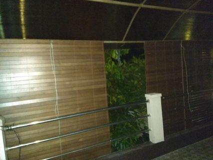 Krey kayu warna coklat ukuran 160x200